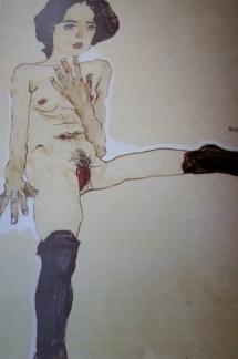 Desnudo femenino sentado con medias negras