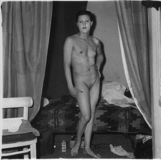 Hombre desnudo haciendo de mujer.jpg