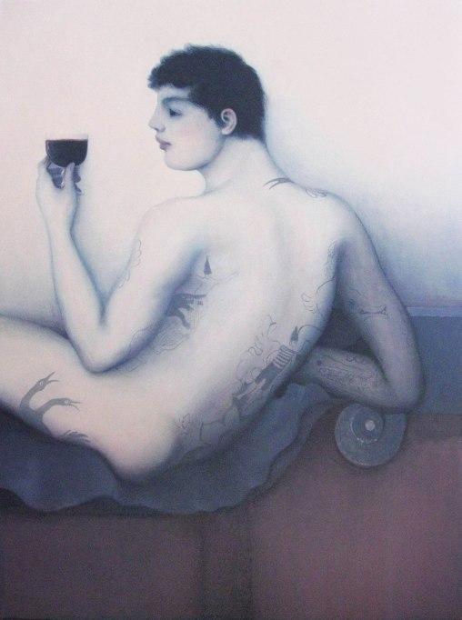 Hombre tatuado con copa de vino