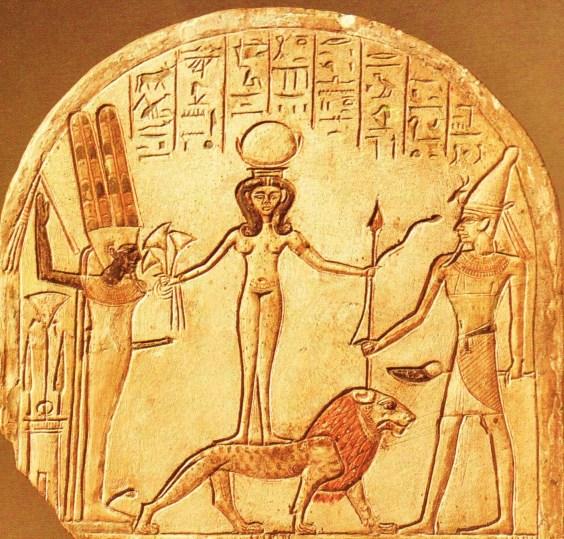 45 Procede de Deir el Medina; estela cimbrada de Ramosis, Siglo XII a. La diosa Qadesh sobre león entre Min y Reshep (2).jpg