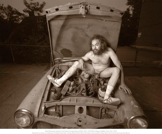 Paul Diamond sentado sobre el cofre de su camioneta Volvo 122S, modelo 1963.jpg