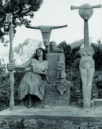 Dorothea-Tanning-and-Max-Ernst-with-his-sculpture-Capricorn-1947-Photograph-by-John-Kasnetsis.jpg